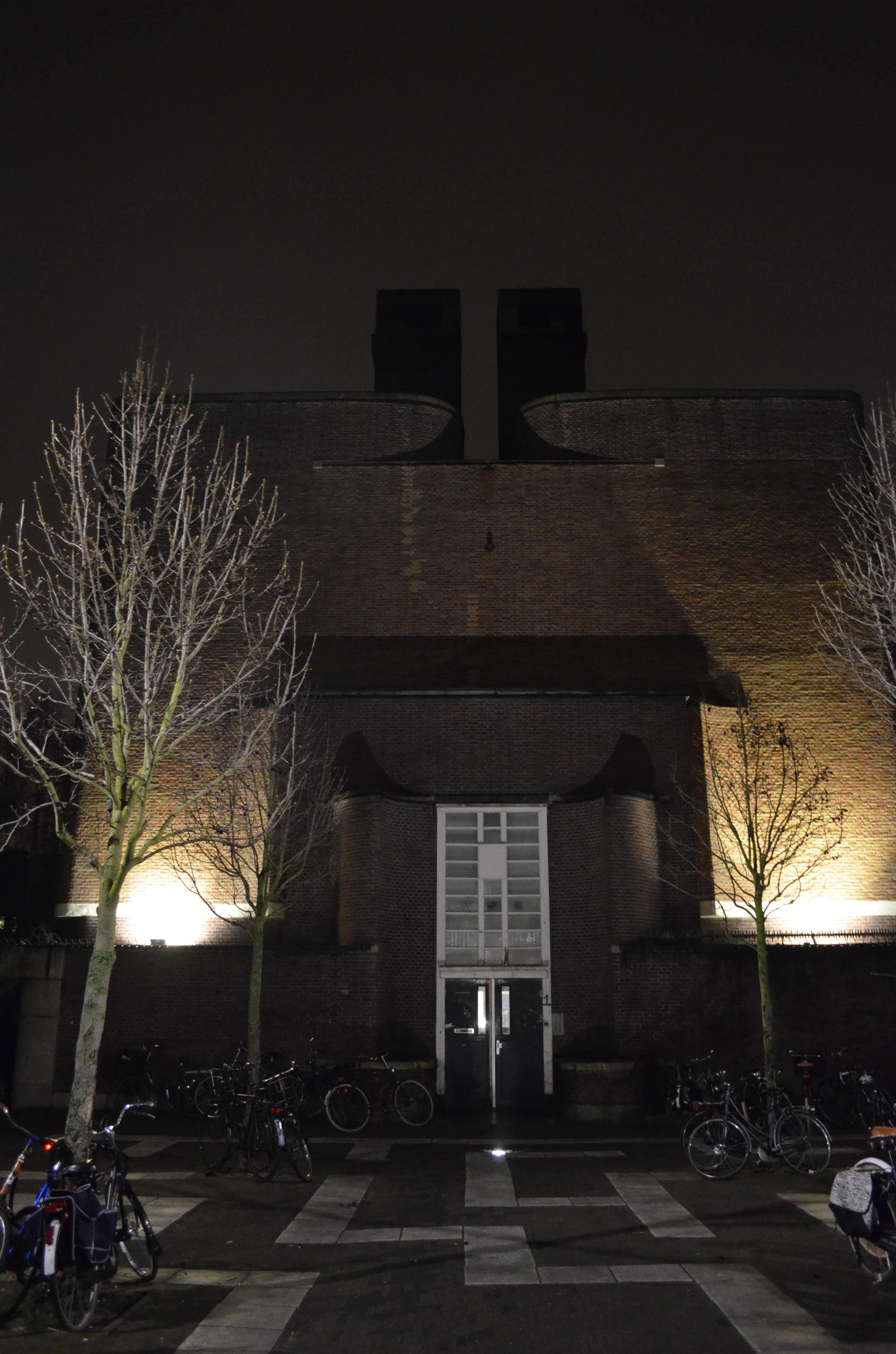 Donderdagavond ging het buitenlicht weer aan op de Cabralstraat 1. En ineens staat er een ander gebouw. Wat vind jij ervan?